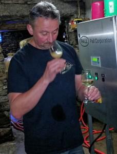 Vorher und nachher! Bei der Filtration werden feinste Trubstoffe und Gärungshefen aus dem Jungwein herausgefiltert. Dabei ist es hochinteressant, die geschmacklichen und geruchlichen Veränderungen der einzelnen Gewächse wahrzunehmen.